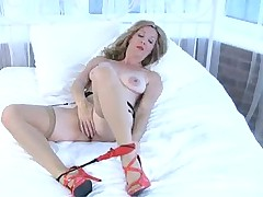 Seductive milf stretches her vagina